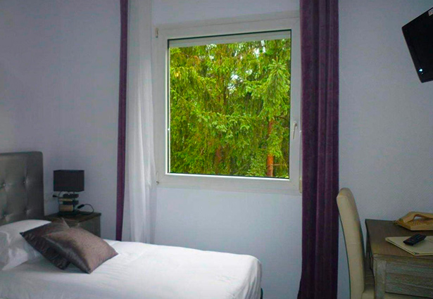 Photo d'une chambre avec télé à Clermont Ferrand