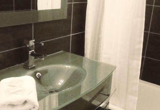 Photo d'une salle de bain du Belle Inn hôtel, en Auvergne